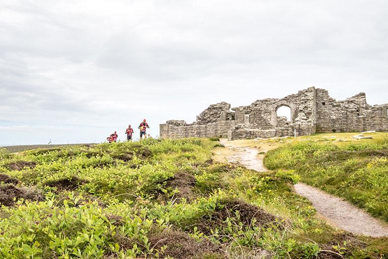 コースの中には城跡を通ることも。のどかなシリー諸島の光景だ。