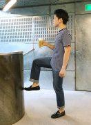 立ち呑み屋でできる腸腰筋トレ。