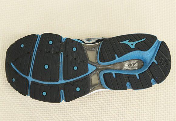 POINT4:靴底も見てみよう。横に入った筋の部分が着地時に曲がる構造になっている。