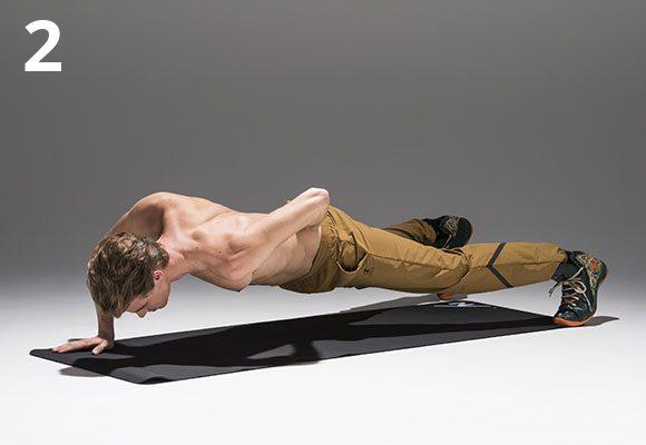 姿勢をまっすぐ保持したまま、肘を深く折って、カラダを床近くまで沈ませる。カラダを開かないこと。終わったらすぐ左で。