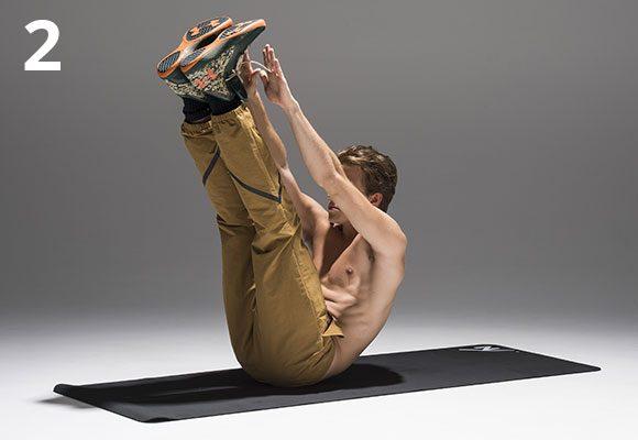 上体を起こし、同時に脚も引き上げ、指先を爪先に向けて近づける。勢いはつけないように。10回繰り返す。