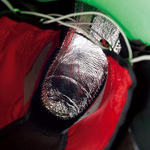 インナーの足裏が当たる部分に「スリーピングバッグ反射ホイル」を搭載。熱を反射させて足を温め、ゲレンデでの保温性を向上させている。