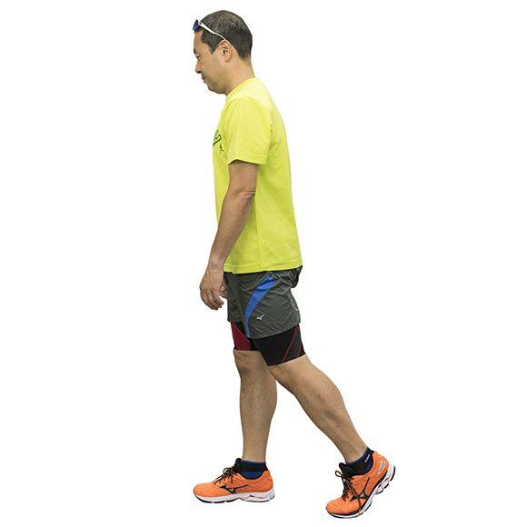 散歩ペースのウォーキングでは1分間の歩数は100。姿勢はあまりよくない。