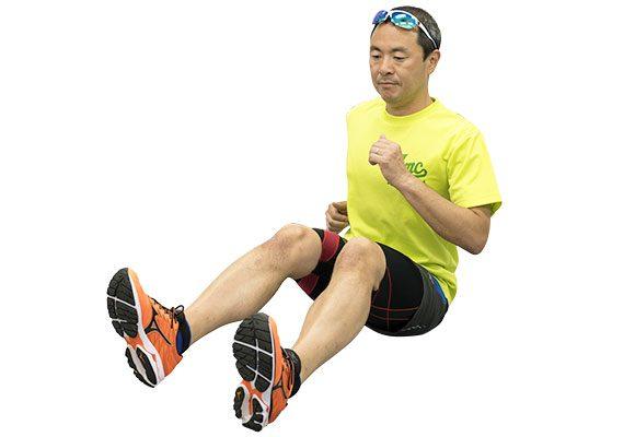 床に長座して膝を軽く曲げ、腕を振りながら左右のお尻を使って前進。