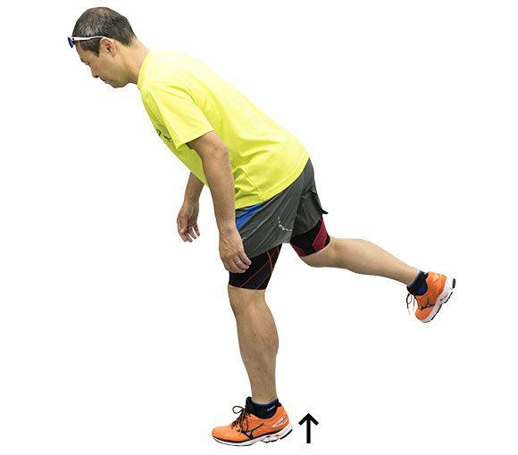 軸脚の踵を上げるときにぐらぐらしたら重心が下に落ちているということ。