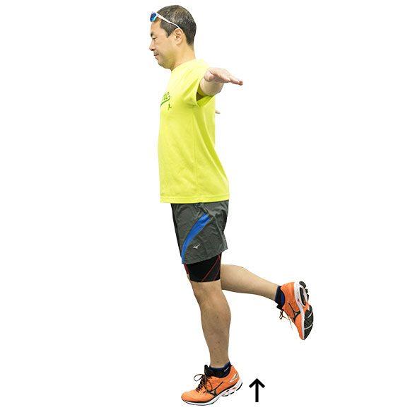 重心を上にもっていくトレーニングその1。両手を肩の高さで水平にキープして片脚立ち&軸脚の踵上げ。