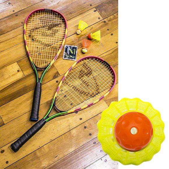 テニスラケットより軽くて短い専用ラケットとスピーダーさえあれば、場所を選ばずプレーできる。スピードライトを装着した光るスピーダーを使えば、夜でも楽しめる。《スピードミントン®セットS600》9,200円。