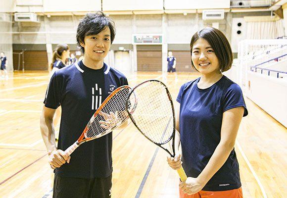 西村昭彦さん(左)/クロスミントン日本代表、日本総合代理店スピードミントン®ジャパン勤務。昨年のジャパンオープンでは、世界チャンピオンを抑え優勝。 ライター・クロサワ(右)/本誌ライター。普段からランニングやトレランでカラダは動かしているものの、ラケットスポーツは遊びでかじったことがある程度。