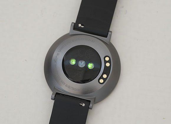 裏蓋に搭載されたセンサーからLED光を照射、血管の血液量の変化を測定。心拍に伴う脈波を捉えて心拍数を瞬時に推定してくれる。