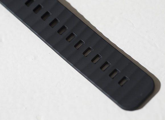 独特の規則的な凹凸を持たせた波形の防汗デザイン。肌とストラップの間にスペースがあるから、汗が溜まりにくい作りになっている。