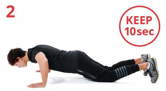 10回目に、上体を沈めた姿勢を10秒間キープ。これを1セットとして3セット繰り返し。