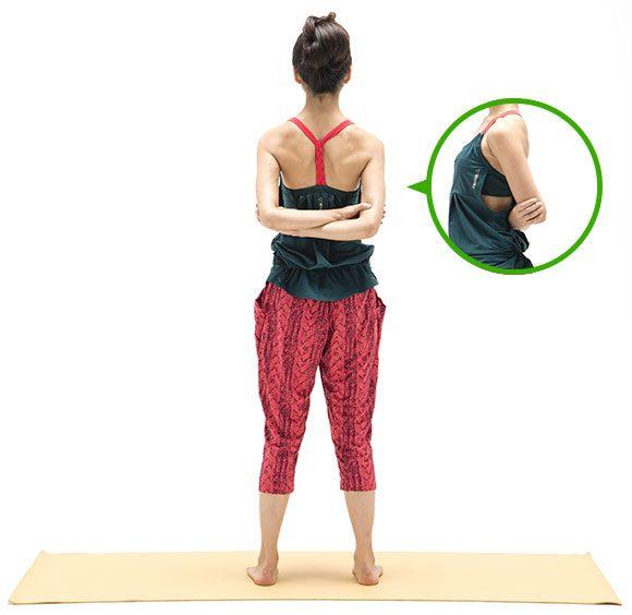 肩甲骨を寄せるポーズ1