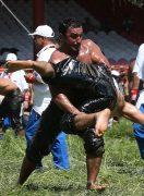 男たちが油まみれでぶつかり合う! オイルレスリング in トルコ