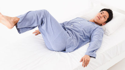 朝イチのツイスト運動で体幹を回旋させる。