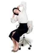 長時間の座りすぎで腰が凝る人は《電車腹式呼吸》×《オフィス椅子ストレッチ》