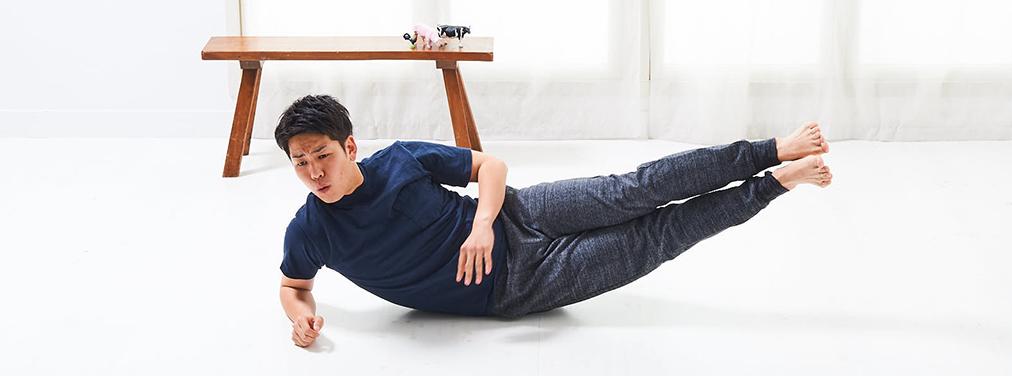 寝っころがりながら、体側をトレーニング。