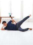 寝っころがりながら、尻をトレーニング。