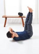 寝っころがりながら、 太ももの内側をトレーニング。