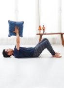 寝っころがりながら、胸筋のトレーニング。