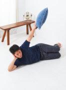 寝っころがりながら、肩のトレーニング。